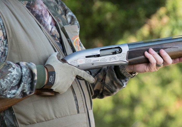 Ружье в руках охотника