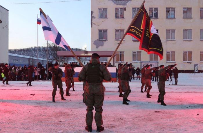 Солдат с флагами