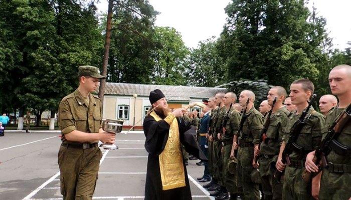 Солдат стоят на присяге