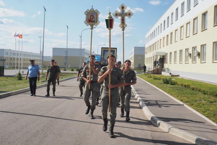 Солдаты несут икону