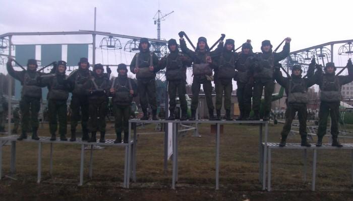 Солдаты на спортплощадке