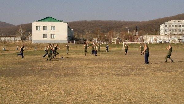 Солдаты играют в футбол