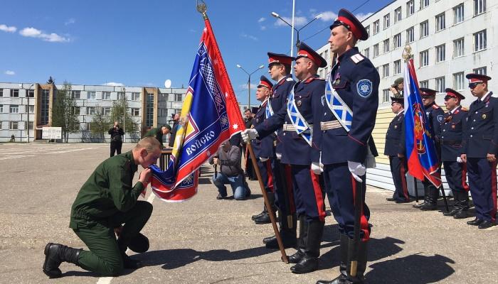 Солдат целует знамя