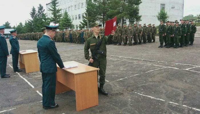 Солдат принимают присягу