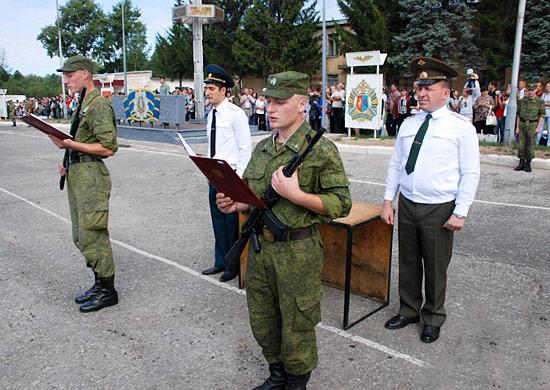 Солдат принимает присягу