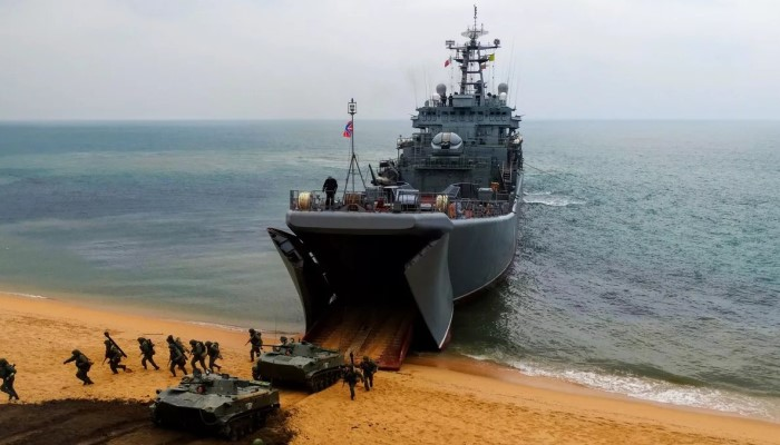 Корабль и танки