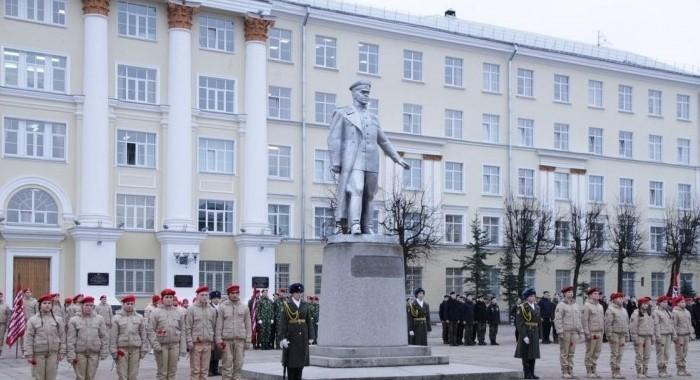 Памятник около ВУЗа