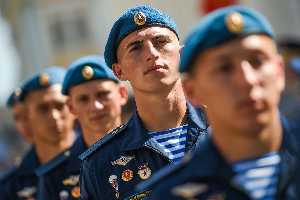Солдат в берете на параде