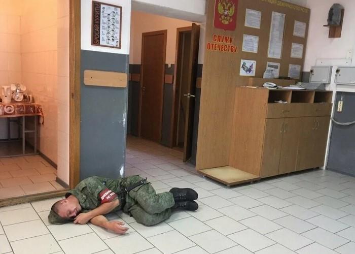 Дневальный спит