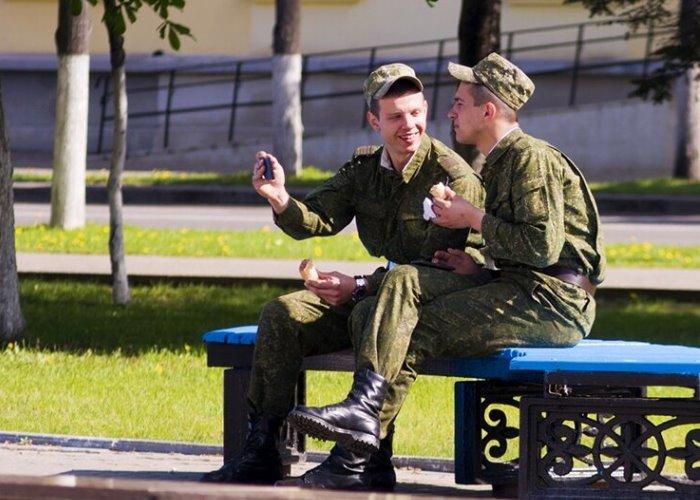 Солдаты едят мороженое