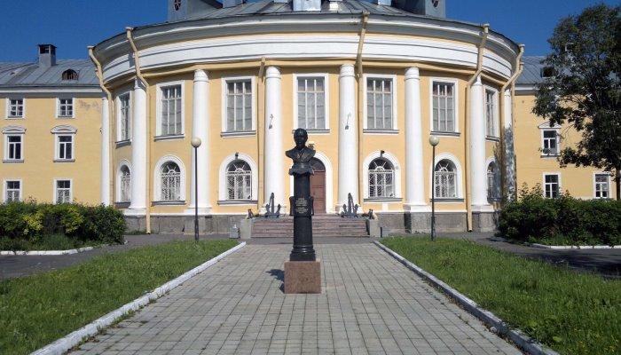 Памятник на территории ВУЗа